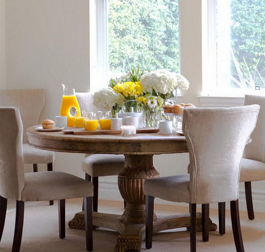 Круглый стол в столовой или на кухне