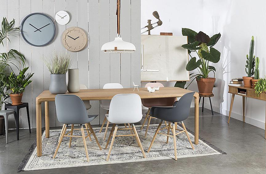 Большой стол для семьи из шести человек